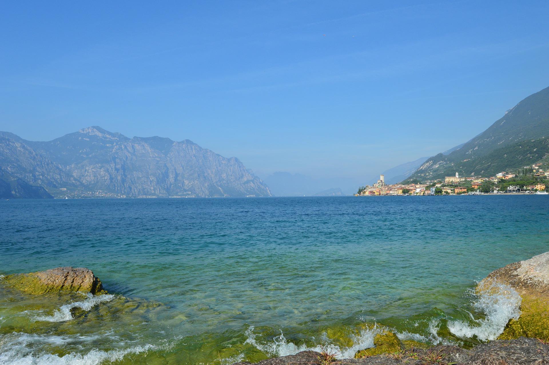 malcesine_spiaggia_con_acqua_trasparente_lago_di_garda.jpg